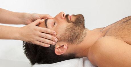 Massage de la tête, imposition des mains